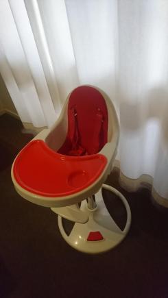 Wysokie obrotowe krzeselko do karmienia