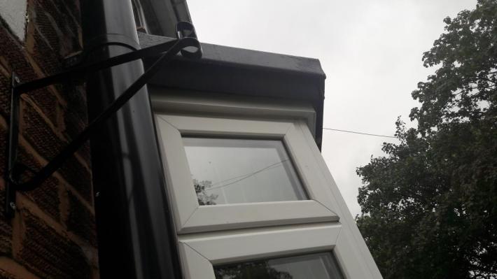 Zlece istalacje rynny nad oknem na parterz