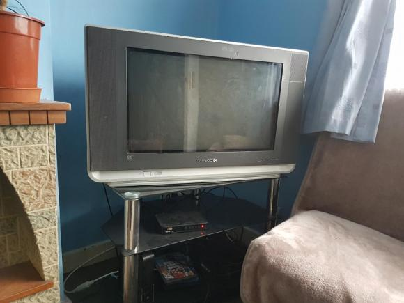Sprzedam telewizor ze stolikiem